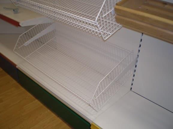 Сетчатый стеллаж с корзинами с фризом